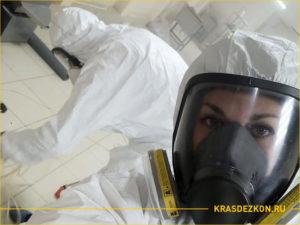 Селфи дезинсектора на работе по уничтожению тараканов в ресторане
